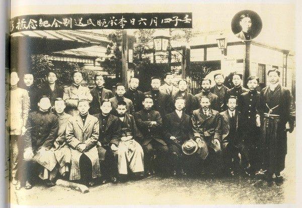 미국으로 향하던중 일본에 들러 도꾜에서 조선유학생들과 송별사진을 남긴 이승만.jpg