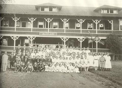 이승만이 1918년에 설립한 남녀공학의 (한인기독학원)의 학생과 교직원.jpg