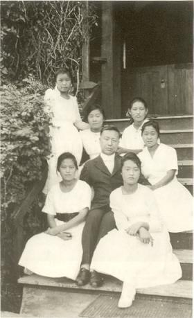 1918년 이승만이 학교 구내에서 여학생 제자들과 함께 찍은 사진.jpg