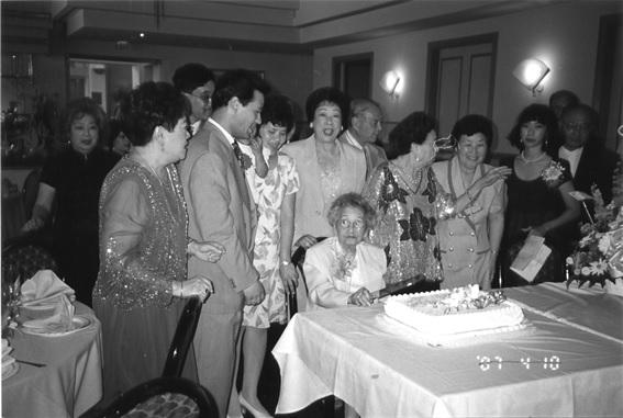 미국으로 망명한 현미숙이 1997년 LA에서 100세 생일잔치.jpg