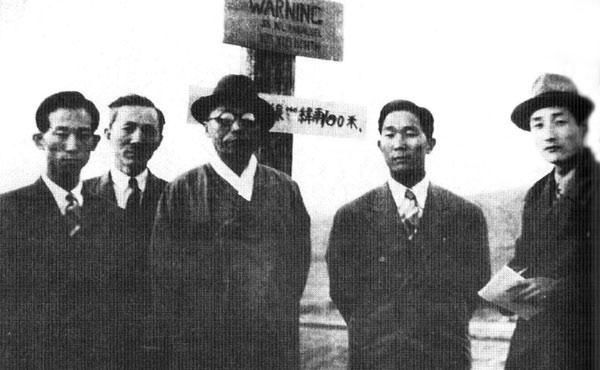 38선 팻말 앞에서 비서 선우진(왼쪽 끝), 아들 김신, 유중열 기자(오른쪽 끝)와 기념촬영을 하는 김구.jpg