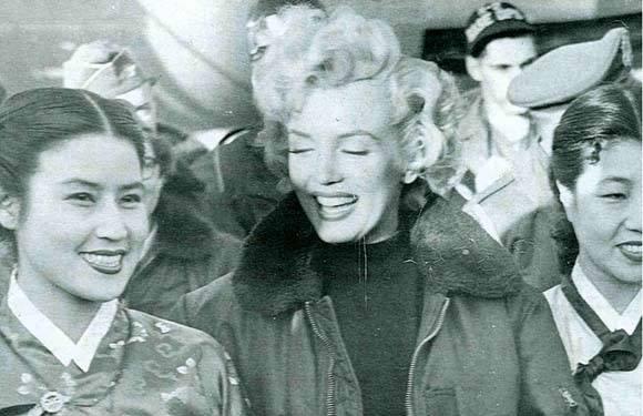 1955년 마릴린 몬로가 방한했을당시 만난 영화배우 최은희씨와 백성희.jpg