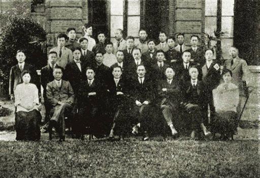 대한민국임시정부 직원과 함께(1919).jpg