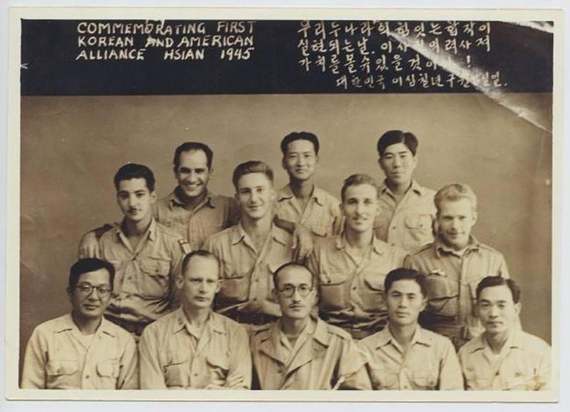 광복군 제2지대 대원들과 미국 OSS 대원들이 함께 찍은 사진, China, 1945.jpg