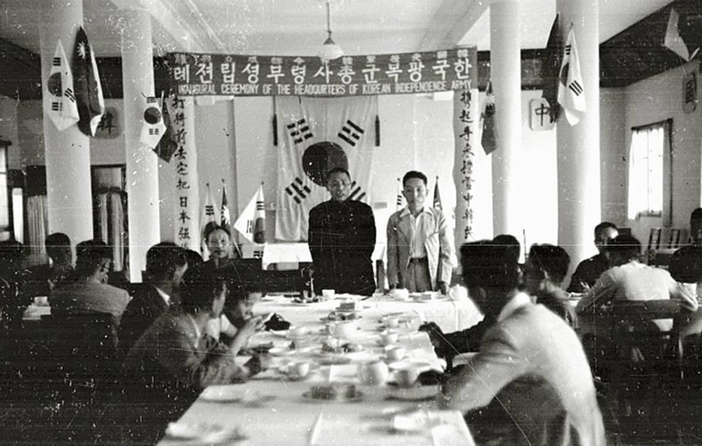 1940년 9월 17일 중국 충칭(重慶)에서 광복군 창설 기념식이 끝난 뒤 오찬장에서 축사하는 김구 주석.jpg